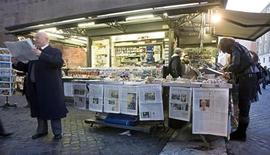 <p>Мужчина читает газету рядом с прилавком на улице Ватикана, 2 февраля 2008 года. Большинство итальянских газет не работало в пятницу в связи с тем, что журналисты объявили забастовку из-за планов правительства ограничить использование полученной с прослушки полицией телефонных линий информации для написания репортажей. REUTERS/Max Rossi</p>