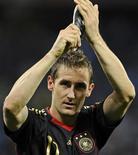 <p>Miroslav Klose comemora gol contra a Argentina nas quartas de final da Copa do Mundo. O diretor técnico da seleção alemã, Oliver Bierhoff, disse que a equipe está determinada a ajudar Klose, com 14 gols em Copas, a superar a marca de Ronaldo. 03/07/2010 REUTERS/Dylan Martinez</p>