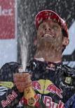 <p>O piloto australiano Mark Webber comemora a vitória no Grande Prêmio da Inglaterra em Silverstone, 11 de julho de 2010. REUTERS/Steve Crisp</p>