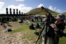 "<p>Un hombre prepara su telescopio frente a las estatuas de piedra conocidas como ""Moais"", antes de inicio de un eclipse solar, en Isla de Pascua, Chile. REUTERS/Moises Arias (CHILE)</p>"