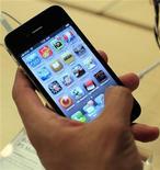 <p>Foto de archivo de un cliente con un teléfono móvil iPhone 4 en una tienda de la compañía Apple en Nueva York, jun 24 2010. Consumer Reports no recomendará a los consumidores el iPhone 4 de Apple por fallas en la señal y en la recepción del teléfono móvil, al tiempo que añadió que la empresa de servicios móviles AT&T no es necesariamente el principal culpable. REUTERS/Eric Thayer/Files</p>