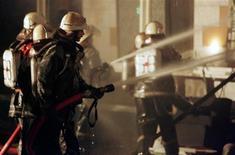 """<p>Пожарные в Москве тушат пожар в магазине мебели 1 октября 1998 года. Наибольшую """"головную боль"""" российскому бизнесу причиняют работники налоговой и пожарной служб, выяснила государственная социологическая служба ВЦИОМ. REUTERS/Dima Korotayev</p>"""