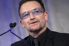 <p>Bono, vocalista do U2, depois de recever prêmio por liderança humanitária em Washington. A banda de rock irlandesa mudou as datas dos shows do trecho norte-americano de sua turnê 360. 28/04/2010 REUTERS/Benjamin J. Myers/Arquivo</p>