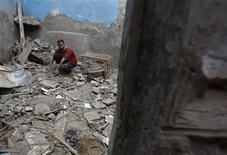 <p>Мужчина показывает место, где погибли семь человек в результате обрушения дома в Каире 14 июля 2010 года. Семь человек погибли в результате обрушения жилого здания в среду в древнем исламском квартале Каира, сообщило государственное агентство Египта Middle East News Agency. REUTERS/Amr Abdallah Dalsh</p>
