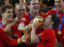 <p>David Villa beija o troféu da Copa do Mundo depois de vencer a final contra a Holanda. Com a vitória, a Espanha voltou ao topo do ranking da Fifa nesta quarta-feira. 11/07/2010 REUTERS/Kai Pfaffenbach</p>