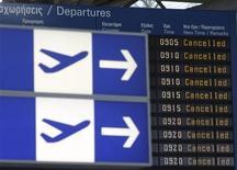 <p>Информационное табло с отмененными рейсами в аэропорту в Афинах 5 мая 2010 года. Авиасообщение в Греции прекратится на четыре часа, а в городских больницах будет работать только основной состав, так как авиадиспетчеры и доктора решили присоединится к забастовке госслужащих против трудовых реформ. REUTERS/John Kolesidis</p>