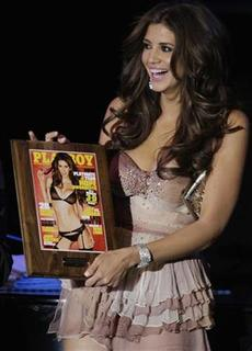 Hope Dworaczyk, 25, Playboy magazine's Playmate of the Year, holds a plaque with the cover of the Playboy June 2010 issue during a celebration at the Palms Casino Resort in Las Vegas, Nevada May 15, 2010. REUTERS/Steve Marcus