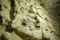 <p>Резная фигура на месте раскопок в городе Эль-Соц в Гватемале. Археологи обнаружили в Гватемале гробницу короля народности майя с хорошо сохранившимися резными фигурами, керамическими изделиями и костями детей в ней. REUTERS/Handout/Minstry of Culture and Sports</p>