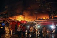 <p>Пожарные тушат огонь, разгоревшийся в гостинице Soma Hotel в центральной части города Сулеймания, 16 июля 2010 года. Пожар в отеле северного иракского города Сулеймания унес жизни 40 человек, включая иностранцев, травмы получили 23 человека, сообщил источник в местной больнице. REUTERS/Sherko Raouf</p>