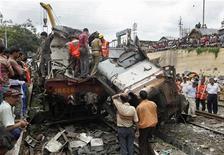 <p>Спасатели и зеваки около места железнодорожной аварии, Индия 19 июля 2010 года. Сорок девять человек погибли, около 100 получили ранения в результате столкновения двух поездов на востоке Индии в понедельник. REUTERS/Rupak De Chowdhuri</p>