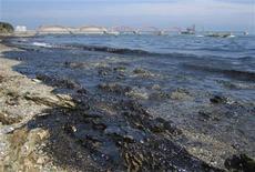 <p>Crudo procedente de un derrame toca la costa cerca de Dalian, en la provincia china de Liaoning, jul 18 2010. REUTERS/China Daily (CHINA)</p>