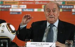 <p>Президент ФИФА Зепп Блаттер выступает на пресс-конференции в Йоханнесбурге, 29 июня 2010 года. Технический подкомитет Правления ФИФА (IFAB) не будет обсуждать инновационные технологии в судействе на этой неделе, несмотря на высказывания президента ФИФА Зеппа Блаттера о необходимости изменений. REUTERS/FIFA/Handout</p>