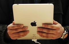 <p>Imagen de archivo de un usuario sosteniendo la nueva computadora tableta de Apple iPad, durante su lanzamiento en Londres. Mayo 28 2010. Apple planea lanzar la venta de su Tablet PC iPad en México y otros ocho mercados más a partir del viernes. Los otros ocho mercados son Austria, Bélgica, Hong Kong, Irlanda, Luxemburgo, Holanda, Nueva Zelanda y Singapur. REUTERS/Luke MacGregor /ARCHIVO</p>