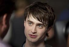<p>Harry Potter's Daniel Radcliffe walks the red carpet during the grand opening celebration for The Wizarding World of Harry Potter at the Universal Studio Resort in Orlando, Florida June 16, 2010. REUTERS/Scott Audette</p>