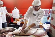 <p>Шеф-повар Хавьер Вон разрезает рыбу на Международной гастрономической ярмарке в Лиме 24 сентября 2009 года. Пожилые люди, которые едят жирную рыбу по меньшей мере раз в неделю, меньше рискуют заболеть возрастной дегенерацией желтого пятна сетчатки глаза, следует из результатов американского исследования. REUTERS/Enrique Castro-Mendivil</p>