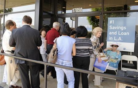 Customers wait outside the Encino branch of IndyMac Bank in Los Angeles, July 17, 2008. REUTERS/Phil McCarten