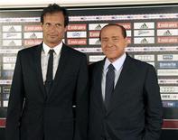 <p>Novo técnico do Milan, Massimiliano Allegri, ao lado do presidente Silvio Berlusconi no primeiro dia de treinamento da temporada. Berlusconi já mostrou ao novo técnico quem é que manda, ao determinar que o clube jogue com mais de um atacante nesta temporada. 20/07/2010 REUTERS/Assessoria de imprensa do AC Milan/Divulgação</p>