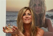<p>Atriz Jennifer Aniston posa para foto durante lançamento de seu perfume, em Londres. REUTERS/Stefan Wermuth</p>