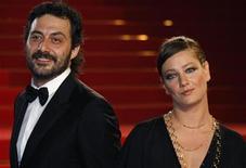 """<p>Giovanna Mezzogiorno (dir) e Filippo Timi na exibição do filme """"Vincere"""" no Festival de Cannes em maio. O filme estreia neste final de semana em circuito nacional. 19/05/2009 REUTERS/Vincent Kessler</p>"""