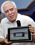 """<p>Le ministre indien du Développement des ressources humaines, Kapil Sibal. L'Inde a dévoilé un """"ordinateur portable"""" à écran tactile qui coûte 35 dollars et dont elle espère faire baisser le prix de revient à 10 dollars à terme, en fonction des partenriats industriels qu'elle trouvera. /Photo prise le 22 juillet 2010/REUTERS</p>"""