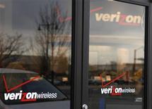 <p>Verizon Communications a enregistré une perte trimestrielle en raison d'une charge de 2,3 milliards de dollars liée à des suppressions de postes, mais la croissance de sa clientèle dans le sans fil et ses marges sur la téléphonie fixe ont été meilleures que prévu par certains analystes. /Photo d'archives/REUTERS/Rick Wilking</p>