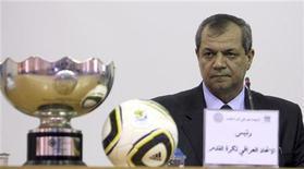<p>Troféu da Copa da Ásia de 2007 ao lado do presidente da Associação Iraquiana de Futebol, Hussein Saeed, em conferência eleitoral em Arbil, Iraque. O Iraque não conseguiu neste domingo eleger o novo presidente da sua federação de futebol pela segunda vez consecutiva. 25/07/2010 REUTERS/Azad Lashkari</p>