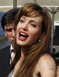 """<p>A atriz norte-americana Angelina Jolie em sessão de fotos antes da première do filme """"Salt"""" em Moscou, 25 de julho de 2010. A película falhou na missão de tomar o primeiro lugar das bilheterias da América do Norte. REUTERS/Sergei arpukhin</p>"""