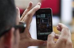 <p>Imagen de archivo de un hombre usando el nuevo iPhone 4, en el Times Square de Nueva York. Jul 16 2010. Los amantes del iPhone no podrán tener la versión blanca del popular teléfono de Apple hasta fin de año, dijo la compañía el viernes, que reconoció que la fabricación del modelo ha demostrado ser sorprendentemente difícil. REUTERS/Jessica Rinaldi/ARCHIVO</p>