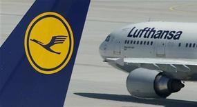 <p>Самолеты авиакомпании Lufthansa стоят в аэропорту Мюнхена, 28 июля 2010 года. Грузовой самолет авиакомпании Lufthansa разбился в международном аэропорту имени короля Хасида в Эр-Рияде, столице Саудовской Аравии. REUTERS/Michaela Rehle</p>