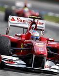 <p>Alonso comemora vitória em Hockenheim. Felipe Massa não foi o único prejudicado com as ordens da Ferrari no GP da Alemanha, no domingo. Apostadores do mundo todo também se sentiram traídos pela decisão da escuderia de que o brasileiro deveria dar passagem a seu colega de equipe. Fernando Alonso.25/07/2010.REUTERS/Kai Pfaffenbach</p>