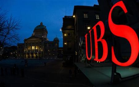 The logo of Swiss bank UBS is pictured in front of the Swiss Federal Palace in Bern March 18, 2010. REUTERS/Michael Buholzer