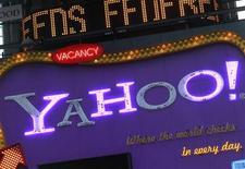 <p>Foto de archivo del logo de la compañía Yahoo en Time's Square, Nueva York, ene 25 2010. Yahoo Japón, el mayor portal de internet de Japón, adoptará el motor de búsqueda de Google, tras negarse a seguir a Yahoo Inc en su elección de Microsoft como socio. REUTERS/Brendan McDermid</p>