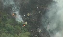 <p>Обломки пассажирского самолета, разбившегося близ Исламабада, 28 июля 2010 года. Пассажирский самолет, на борту которого находились 152 человека, потерпел катастрофу в холмистой местности близ Исламабада при плохих погодных условиях, сообщил представитель властей страны. REUTERS/via Reuters TV</p>