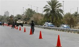 <p>Iraqi soldiers guard a checkpoint on a road leading to the Baghdad International airport July 5, 2008. REUTERS/Erik de Castro</p>