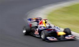 <p>O alemão Sebastian Vettel conquistou neste sábado sua quarta pole position consecutiva no Grande Prêmio da Hungria, enquanto seu companheiro na Red Bull, o australiano Mark Webber, o acompanhará na primeira fila. 31/07/2010 REUTERS/Max Rossi</p>
