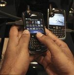 <p>Selon le journal Economic Times, Research In Motion (RIM) a donné pour la première fois son accord aux autorités indiennes pour le partage des données cryptées transitant sur les serveurs de ses smartphones BlackBerry. /Photo prise le 2 août 2010/REUTERS/Mosab Omar</p>