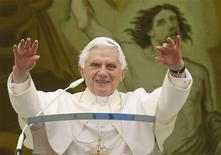 <p>Pope Benedict XVI waves as he leads his Angelus prayer from the balcony of his summer residence in Castelgandolfo, south of Rome August 1, 2010. REUTERS/Tony Gentile</p>
