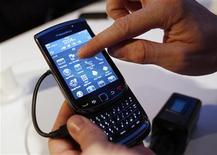 <p>Research In Motion (RIM) a dévoilé mardi le BlackBerry Torch, un nouveau smartphone à écran tactile conçu pour séduire la clientèle grand public et rivaliser avec l'iPhone d'Apple. /Photo prise le 3 août 2010/REUTERS/Shannon Stapleton</p>