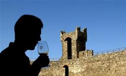 <p>A tourist smells a glass of Brunello di Montalcino wine before taking a sip in the Tuscan town of Montalcino in central Italy, in a September 22, 2004 file photo. REUTERS/Max Rossi/files</p>
