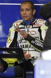 <p>Valentino Rossi fala com equipe depois de aquecimento para MotoGP dos EUA em Monterey, Califórnia, em julho. O campeão mundial não chegou a um acordo para correr pela equipe Ducati na próxima temporada, mas a escuderia italiana disse que segue interessada em contratá-lo. 25/07/2010 REUTERS/David Royal</p>
