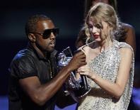 """<p>Foto de archivo del cantante Kanye West durante su irrupción en los premios MTV Video Music Awards en Nueva York, sep 13 2009. Kanye West está """"pintando"""" una nueva imagen en MTV, al estrenar el jueves un video que espera dé a sus admiradores una mejor imagen de sí mismo que la que presentó el año pasado durante la ceremonia de premios de la cadena cuando interrumpió a la cantante Taylor Swift. REUTERS/Gary Hershorn/Files</p>"""