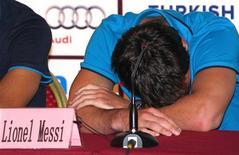 <p>O jogador argentino Lionel Messi, do Barcelona, descansa durante coletiva de imprensa em Pequim, 5 de agosto de 2010. Messi defendeu que Diego Maradona continuasse como técnico da seleção da Argentina. REUTERS/David Gray</p>