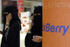 <p>Veiled Saudi women talk on their BlackBerry phones at a shopping mall in Riyadh August 5, 2010. REUTERS/Fahad Shadeed</p>