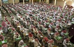 <p>Ученики старших классов стают экзамены в государственной школе в Эр-Рияде 20 июня 2010 года. Саудовская Аравия планирует вложить за пять лет $385 миллиардов в строительство жилья, школ, больниц и объектов инфраструктуры, чтобы снизить число безработных и удовлетворить потребности растущего населения, сообщило государственное агентство Saudi Press Agency (SPA). REUTERS/Fahad Shadeed</p>