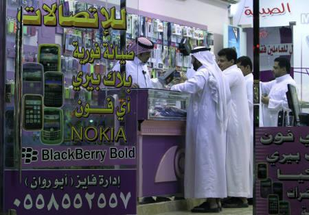 A Saudi man checks a BlackBerry phone at a store in Riyadh August 10, 2010. Research In Motion has agreed to hand over user codes that would let Saudi authorities monitor its BlackBerry Messenger, as it seeks to stop the kingdom from silencing the service, a source close to the talks said on Tuesday. REUTERS/Fahad Shadeed
