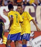 <p>Neymar (D) comemora com Robinho após marcar gol do Brasil contra os EUA. REUTERS/Mike Segar</p>