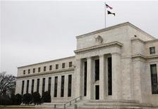 <p>Вид на здание ФРС в Вашингтоне 26 января 2010 года. ФРС США во вторник сделала небольшой, но важный шаг в борьбе с замедлением экономического восстановления, заявив, что будет использовать деньги, получаемые от облигаций с истекающим сроком погашения, для дополнительного выкупа госдолга. REUTERS/Jason Reed</p>