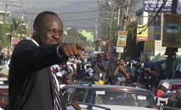 <p>Foto de archivo: la estrella de música hip-hop Wyclef Jean apunta hacia la multitud antes de registrar oficialmente su candidatura presidencial en una oficina en el vecindario de Delmas en Puerto Príncipe, ago 5 2010. REUTERS/St-Felix Evens (HAITI)</p>