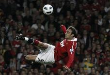 <p>Dimitar Berbatov chuta ao gol em vitória do Manchester United por 3 x 0 sobre o Newcastle United. REUTERS/Phil Noble</p>