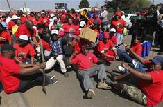<p>South African state workers seeking higher wages take part in a strike outside the Natalspruit hospital, east of Johannesburg, August 18, 2010. REUTERS/Siphiwe Sibeko</p>